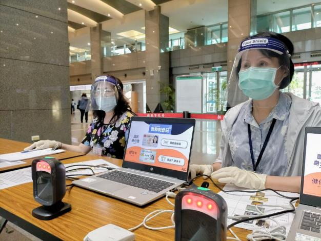 一線人員戴防護面罩加強防護_圖示