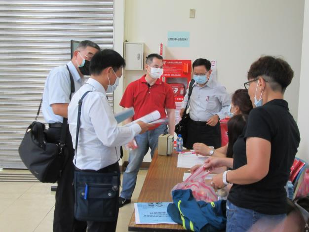 學員於簽到處討論照.JPG_圖示